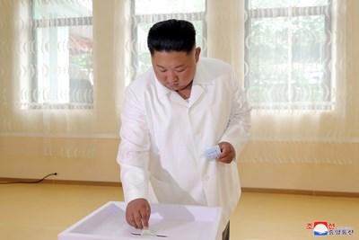 Севернокорейският лидер Ким Чен Ун  гласува на местните избори вчера СНИМКА: Ройтерс