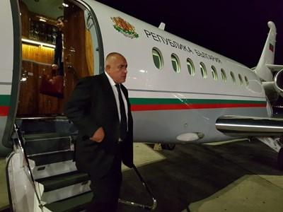Борисов слиза от стълбичката на правителствения самолет в Солун.Снимка пресслужба на Министерския съвет