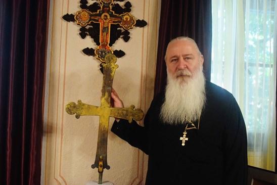 Игуменът дядо Сионий показва кръста, подарен на Бачковския манастир от император Алексий I Комнин. Снимки: Авторът