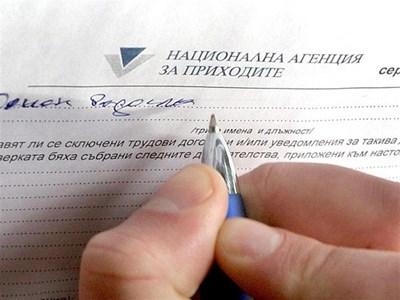 Данъчен попълва констативен протокол след проверка на заведение. СНИМКА: ЦВЕТОМИР ТРЪНКОВ