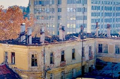 Изгорялата сграда от Царските конюшни стои без покрив от 4 месеца.  СНИМКА: ГЕОРГИ МИЛКОВ
