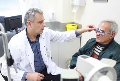 Д-р Веселин Даскалов изследва зрението на пациент. СНИМКА: Йордан Симeонов