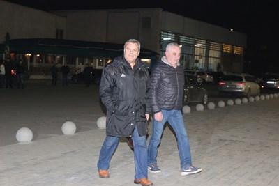 Бившият вицепремиер Евгений Бакърджиев отново бе на срещата между ръководството и феновете. СНИМКА: Снимки: Румяна Тонева