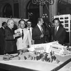 Янис Карас (първият вляво) представя модела на комплекса.
