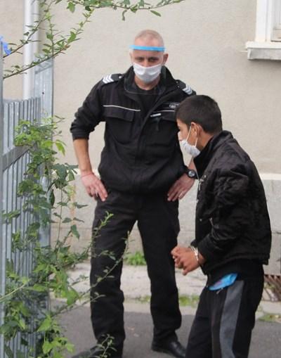 14-годишният Тунджай Индризов бе докаран в съда в Стара Загора под конвой и с белезници на ръцете.  Снимка Ваньо Стоилов.