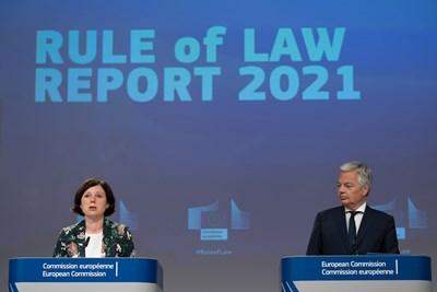 Вицепрезидентката на ЕК с ресор ценности и прозрачност Вера Йоурова и еврокомисарят по правосъдието Дидие Рейндерс представят Доклада за върховенството на закона в ЕС през 2021 г.   СНИМКА: European Union, 2021