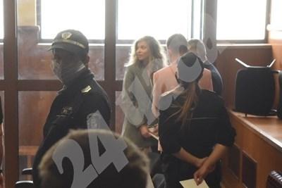 ЛиЛана (в средата) в съда. СНИМКА: архив