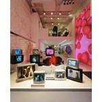 Уникална артинсталация на Йовчо Горчев с ретро телевизори, на чиито екрани са романтични сцени от емблематични филми, приковава вниманието от витрините на бутик ALL U Re.