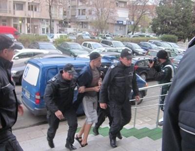 Малката Рижа  - конвоирането му до съда винаги е спектакъл. Снимка: Елена Фотева