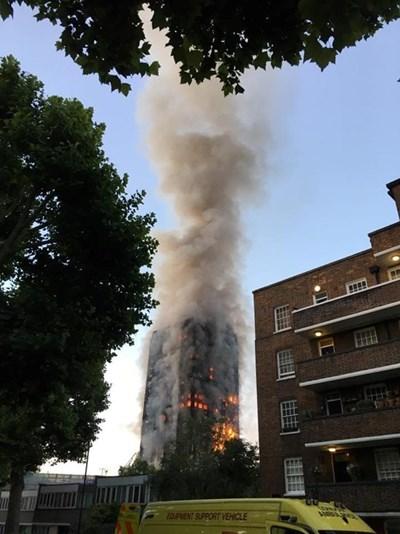 Сградата в Лондон изгоря като факла. СНИМКА: РОЙТЕРС