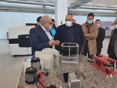Премиерът Бойко Борисов посети предприятие в Пловдив и видя машините, с които се тестват ваксините за COVID-19.