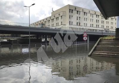 """Новият подлез на ул. """"Гладстон"""" в Пловдив заприлича на море. СНИМКА: 24 часа"""