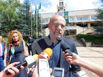 Вицепремиерът Томислав Дончев пристигна в Смолян за заседание на Рег ионалния съвет на Южен централен район. СНИМКИ: Валентин Хаджиев