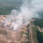 Няколко силни експлозии разтърсиха вчера фабриката за пиротехника в град Хендек. Снимка Ройтерс