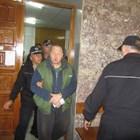 Водят Петко Петков, по-известен като Петко Стрелеца, в съда.