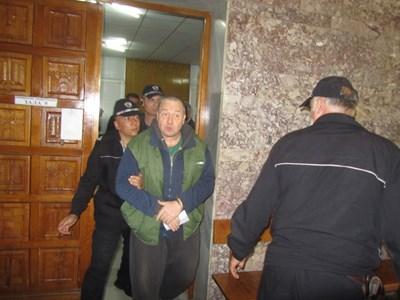 Водят Петко Петков, по-известен като Петко Стрелеца, в съда. СНИМКА: Дима Максимова