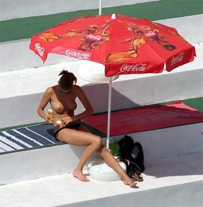В столичните басейни плажуването по монокини, освен че не е забранено, е широко практикувано. СНИМКА: Пиeр Пeтров