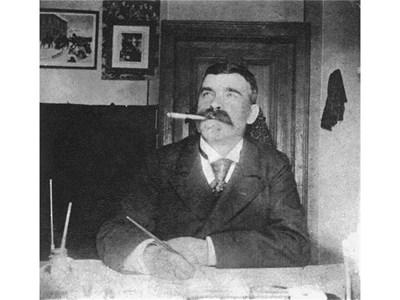 Дядо Вазов твори в кабинета си.