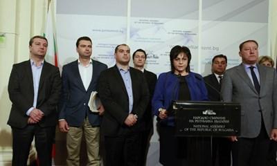 Нинова говори на извънредния брифинг в парламента. Снимки ДЕСИСЛАВА КУЛЕЛИЕВА