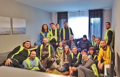 """Доброволци от """"Приятели, помагайте"""" заедно с незрящия Мартин и баща му Никола след успешната мисия с пълно преобразяване на жилището в """"Младост"""" в София за два дни и половина."""