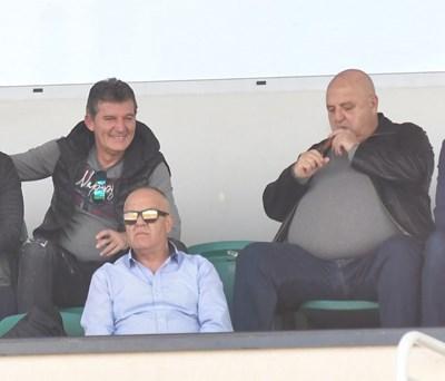Венци Стефанов и Емил Костадинов гледат заедно мач.
