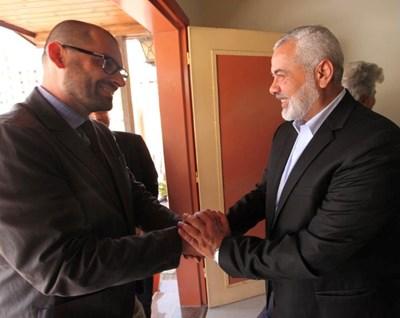 "Мирослав Зафиров (вляво) с лидера на ""Хамас"" Исмаил Хания"