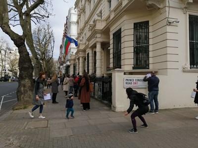 Макар да няма избори, пред българското посолство в Лондон продължава всеки ден да има опашки от сънародници, които се нуждаят от консулски услуги. СНИМКА: АВТОРЪТ