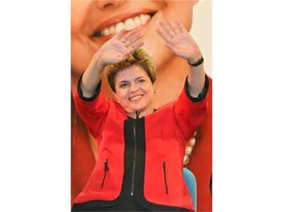 Дилма Русеф поздравява хората на митинг в Порту Алегре.