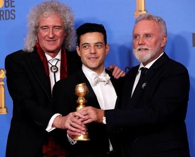 """Рами се радва на наградата си """"Златен глобус"""" в компанията на членовете на """"Куин"""" Брайън Мей и Роджър Тейлър. СНИМКА: РОЙТЕРС"""