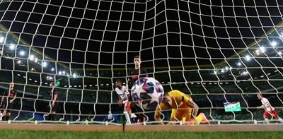 """Топката е в мрежата на """"Атлетико"""" за втория гол на """"РБ Лайпциг""""."""