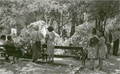 Огромни купчини с цветя върху гробовете на Георги Аспарухов и Никола Котков след погребението на двете футболни легенди, което е на 2 юли 1971 г.  СНИМКА: ДЪРЖАВЕН АРХИВ - СОФИЯ, ФОНД
