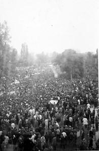 Море от хора съпровожда автомобилите с ковчезите на Гунди и Котков към гробищата.