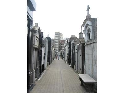 """""""Реколета"""" е гробище, проектирано като добре уреден град. Широки алеи като булеварди и напречни улици, а обособените квадранти - застроени с фамилни къщи.  СНИМКИ: АВТОРЪТ"""