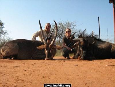 Христо и Мариана Стоичкови позират с ловни трофей Снимка ИнАфрика