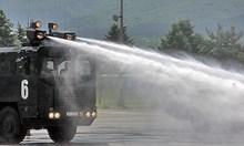 Държавата реши проблема с хигиената на бежанците. С водно оръдие.