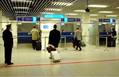 На 20 март т.г. гишетата за граничен контрол на летище София били 6, а две от тях били отворени напълно без полицаи. СНИМКА: Десислава Кулелиева