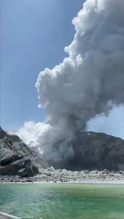 Вулканът на остров Уайт изневиделица избълва гъст бял дим и пепел в понеделник. СНИМКА: РОЙТЕРС