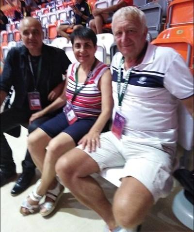 Шампионката със съпруга си Марин Манолов (вляво) и шефа на нашата федерация по тенис на маса Стефан Китов по време на откритото на България в Панагюрище през миналата година