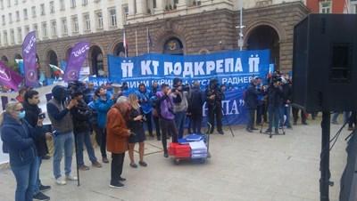 Върху количката е подписката на 110 000 души за защита на въглищната енергетика СНИМКА: Марияна Бойкова