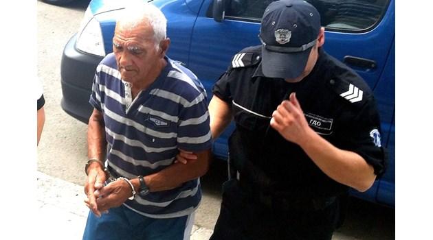 76-годишен посече брат си и седна да се подстригва при внучката