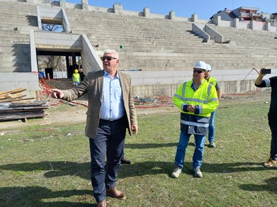 """Здравко Димитров огледа как върви строителството на стадион """"Христо Ботев"""". Снимки: Авторът"""
