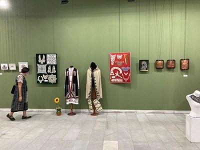 В изложбата са показани ръчно изработени изделия.