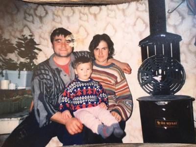 Никола и Петя като младо семейство със сина си Георги, който това лято ще навърши 18 години. СНИМКА: Личен архив