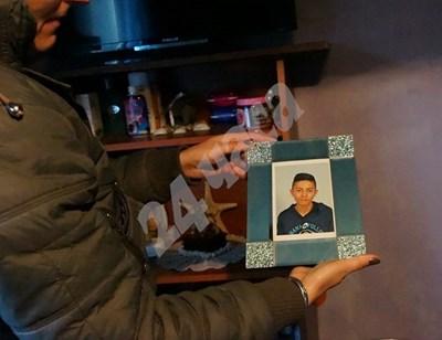 Майката на убития Боби държи негова снимка   СНИМКА: Десислава Кулелиева