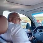 Премиерът Бойко Борисов си слага колана, преди да подкара джипа, в който вчера вози американската посланичка.