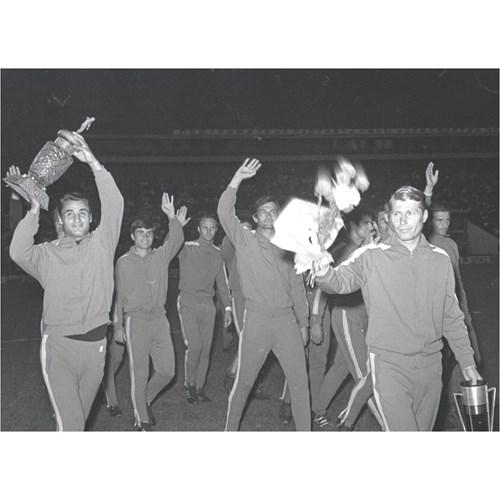 """Аспарухов и Котков като съотборници в шампионския отбор на """"Левски"""". Награждаването на 27 юли 1970 г. - Котето е вдясно с цветята и Купата на Съветската армия, Гунди (в центъра) маха на феновете.  СНИМКИ: ДЪРЖАВЕН АРХИВ - СОФИЯ, ФОНД """"ВЕЧЕРНИ НОВИНИ"""", АВТОР: Л. ПЪШЕВ"""