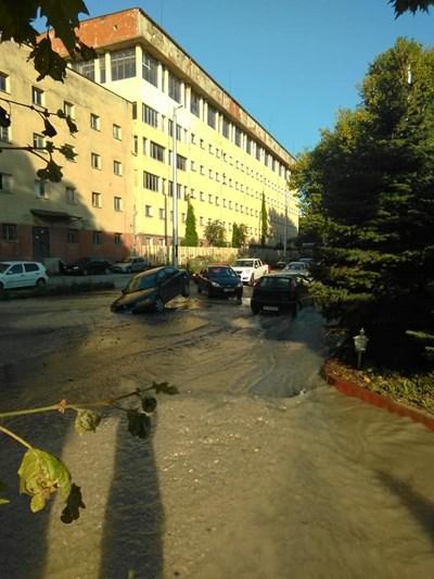 Кола пропадна в дупка, скрита от водата след авария водопровод. Снимка: Фейсбук