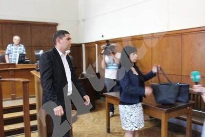 Лазар Влайков и адвокатката му напускат съдебната зала лед прочитането на присъдата през май СНИМКА: Авторът