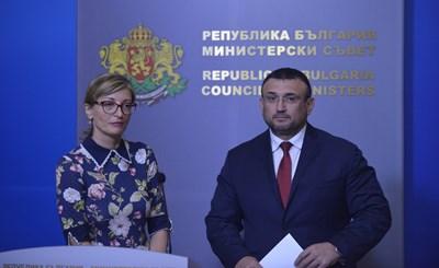 Вицепремиерката Екатерина Захариева и вътрешният министър Младен Маринов представиха позицията на българското правителство. СНИМКА: Йордан Симeонов