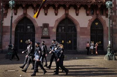 Градски полицаи патрулират по улиците на Франкфурт, за да следят за носенето на маски и спазването на дистанция заради коронавируса. СНИМКА: РОЙТЕРС